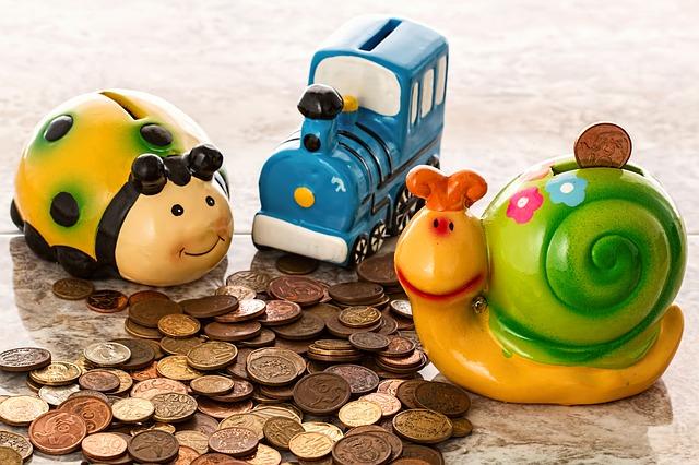 dětské kasičky a mince.jpg