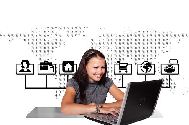 Internet a usmívající se žena