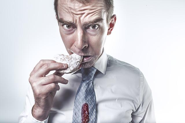 muž se sušenkou v ruce
