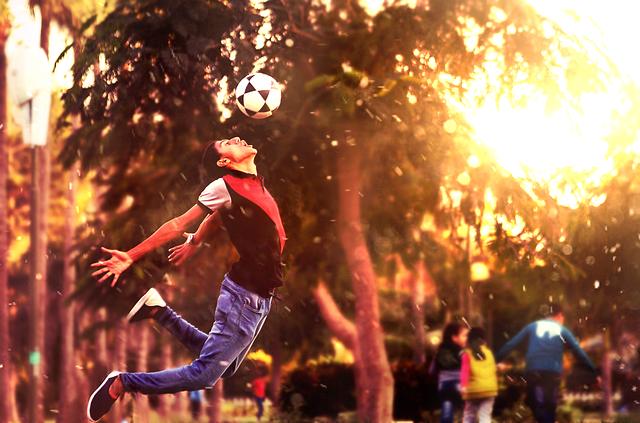 fotbalový míč nad obličejem