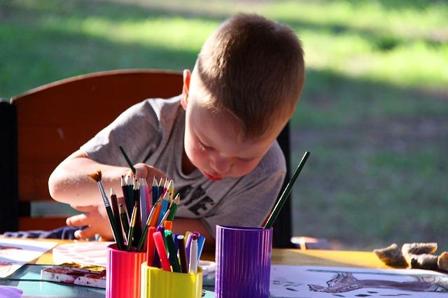dítě maluje